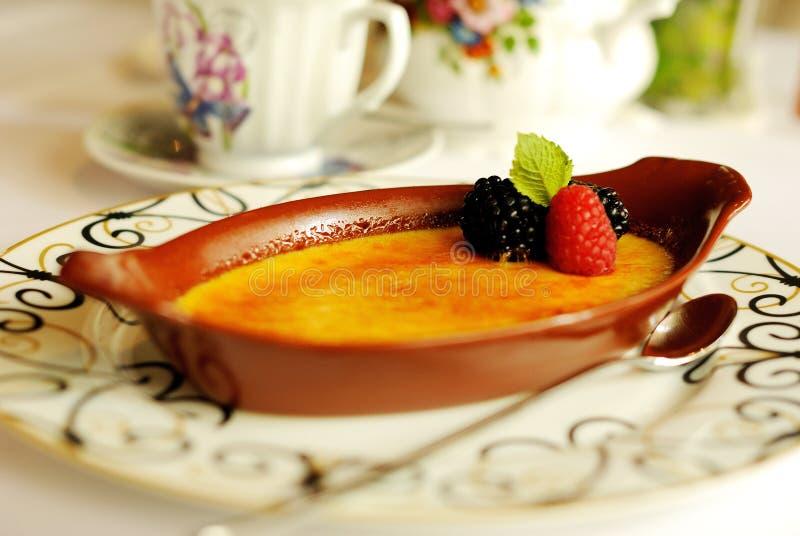 点心焦糖奶油与莓果夏天 免版税库存图片