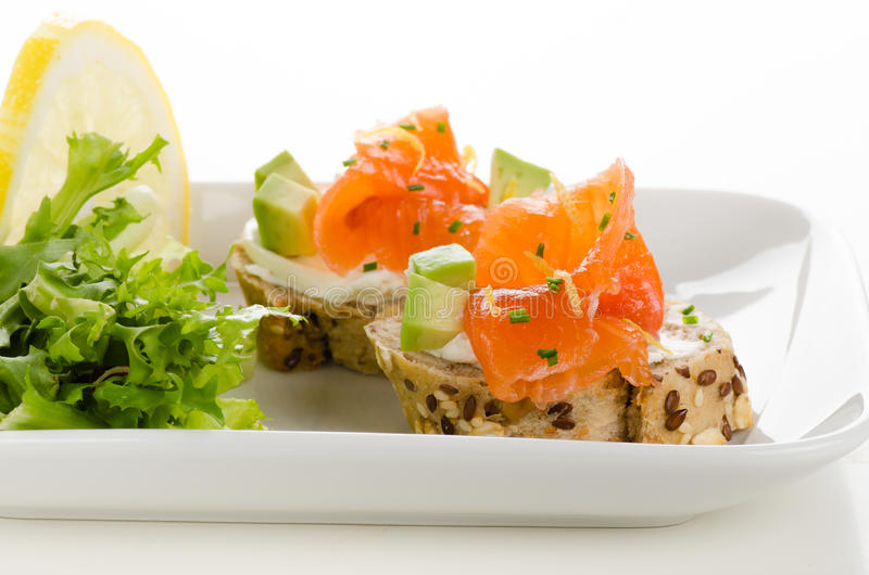 点心用熏制鲑鱼,乳脂干酪和鲕梨立方体 图库摄影