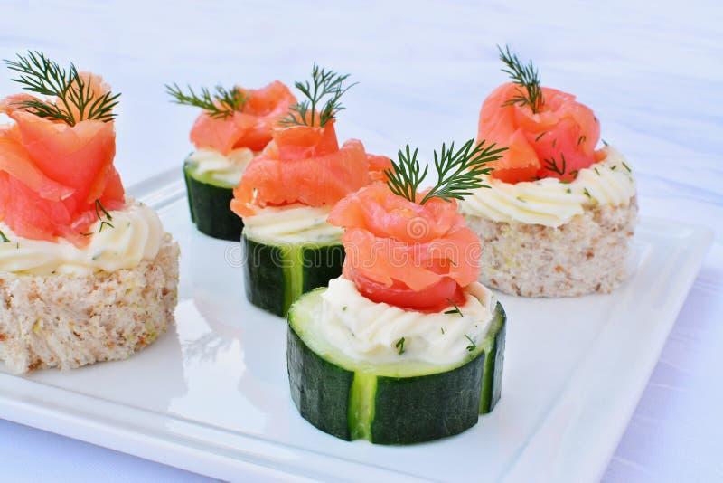 点心用熏制鲑鱼,乳脂干酪和黄瓜 免版税库存照片