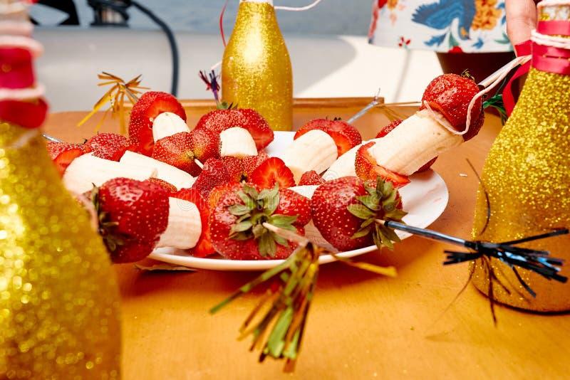 点心用草莓和香蕉 免版税库存图片