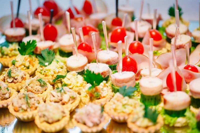 点心的分类与新鲜蔬菜和沙拉的 宴会服务 库存照片