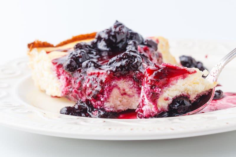 点心-梨蛋糕用莓果接近看法 库存照片