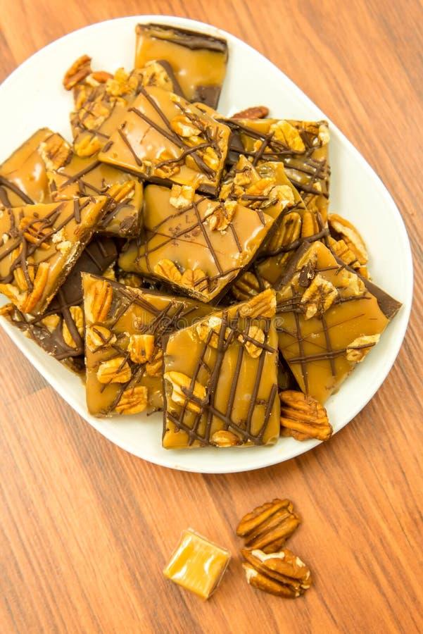 点心-浓耐嚼的甜焦糖巧克力和胡桃款待 免版税图库摄影