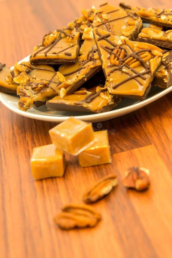 点心-浓耐嚼的甜焦糖巧克力和胡桃款待 库存图片