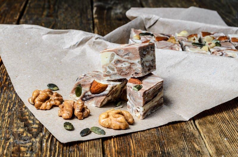 点心- halva和咖啡 在木桌上的甜点 Turki 库存图片