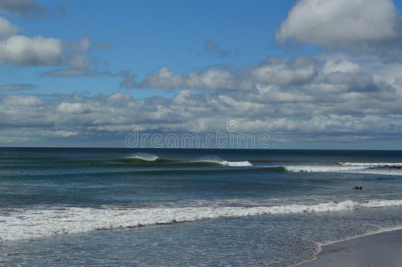 点断裂晴朗的海滩 库存照片