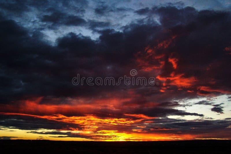 点燃云彩的邪恶的西南沙漠日落 免版税库存图片
