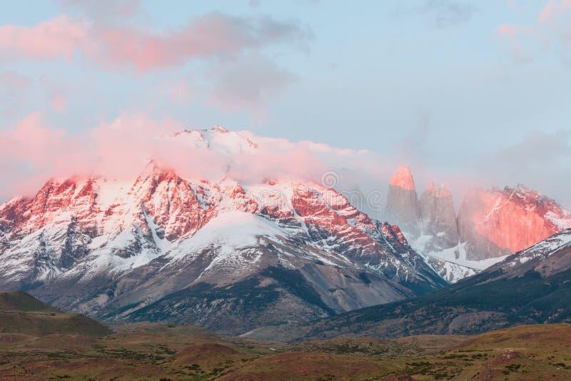 点燃在托里斯del潘恩在日出,智利的断层块 库存照片