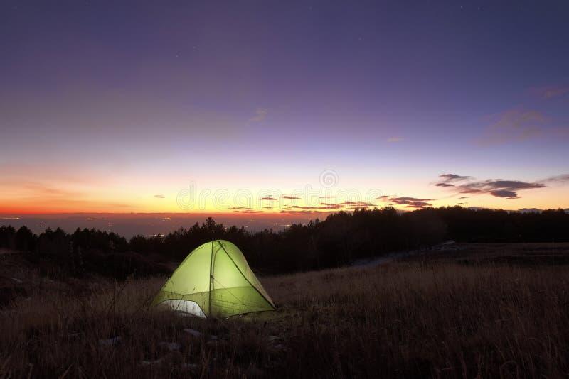 点燃在日落的帐篷在Etna公园,西西里岛 免版税库存图片
