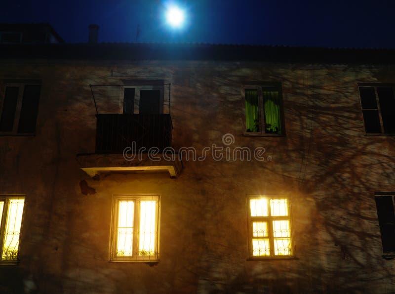 点燃在老小屋的窗口里在晚上 免版税库存照片