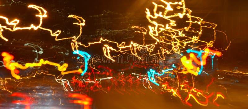 点燃在路的晚上在城市-加速概念 图库摄影