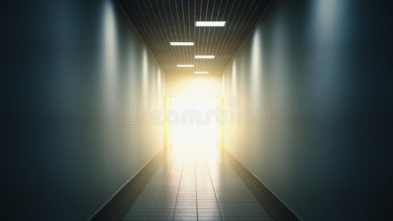 点燃在隧道尽头或走廊、抽象希望和方式对自由概念 库存照片