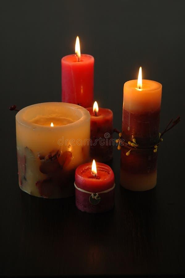 点燃在黑暗的背景的蜡烛的构成 免版税库存照片