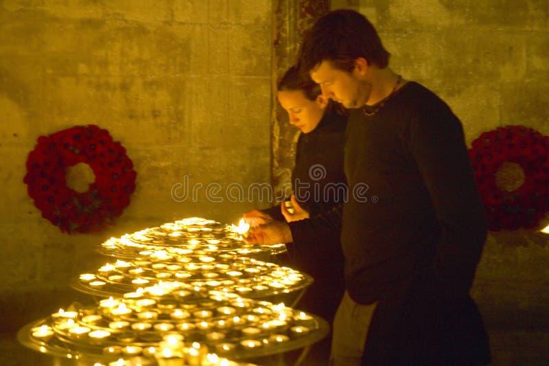 点燃在巴黎圣母院里面的人们蜡烛,巴黎,法国 库存图片
