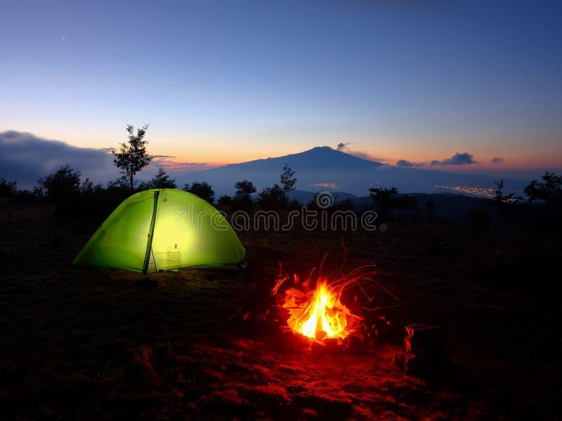 点燃帐篷、营火和火山Etna在黎明,西西里岛 免版税图库摄影
