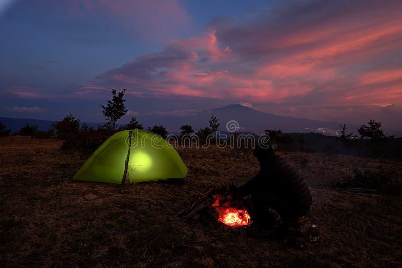 点燃帐篷和火山微明的Etna,西西里岛 库存图片