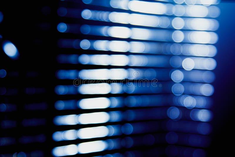 点燃数字式透镜火光强光,窗帘的城市抽象蓝色迷离点燃背景 免版税图库摄影