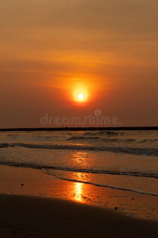 点燃早晨太阳在越共陈海滩,查家是 免版税库存照片