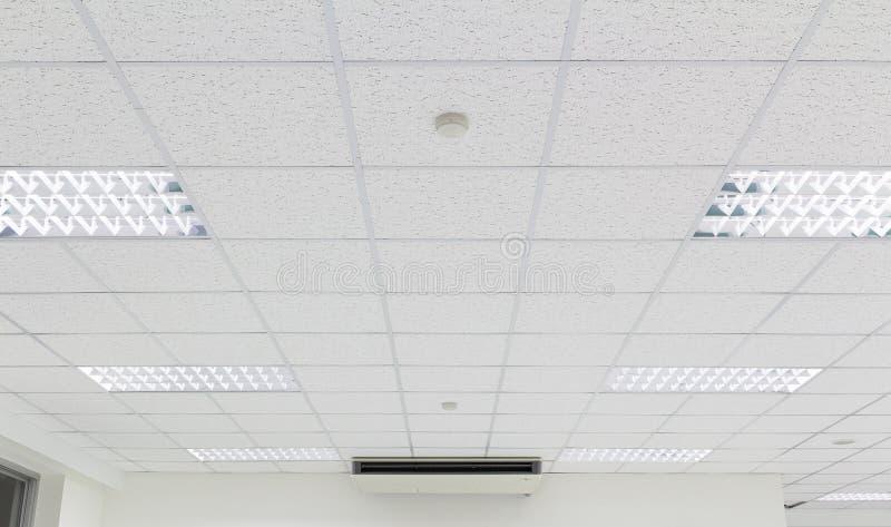 点燃白色的天花板 免版税库存照片