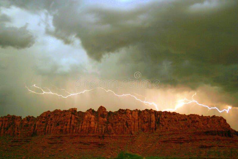 点燃红色岩石的峭壁 免版税库存图片