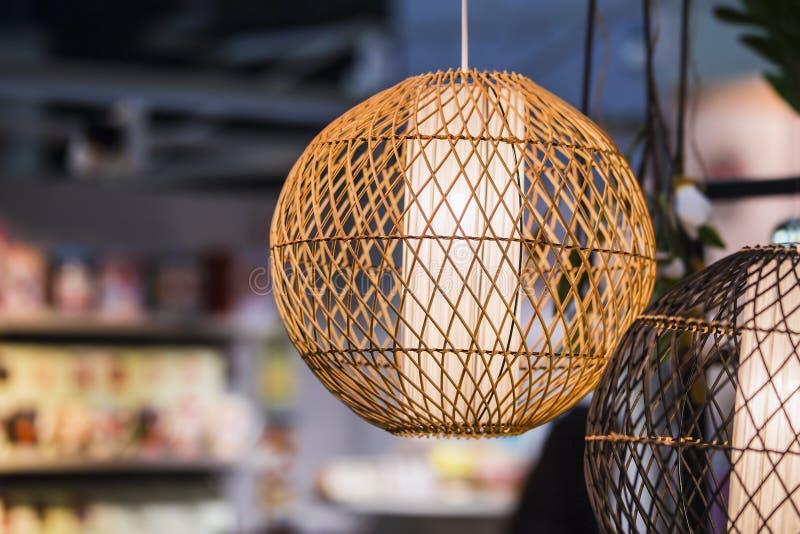 点燃编织围绕灯,由轻的木头或竹子材料制成 免版税图库摄影