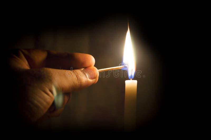 点燃蜡烛概念的手 免版税库存照片