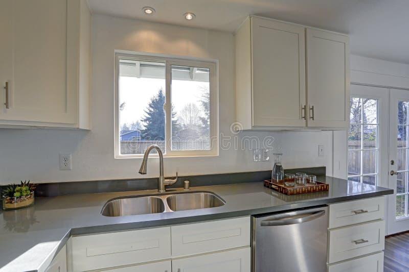 点燃被填装的家庭内部特点小紧凑厨房 免版税库存照片