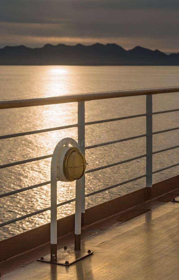 点燃金属和黄铜外部装置的船舶游轮甲板 库存图片
