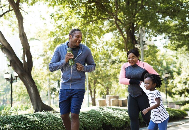 锻炼户外活动健康家庭的生命力 库存照片