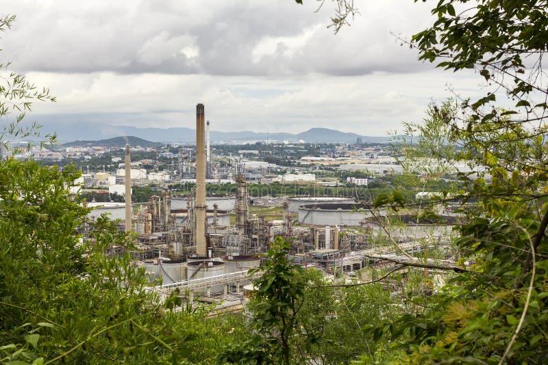 炼油厂和石油化工厂看法有背景多云天空和山的在平衡天在泰国 库存照片