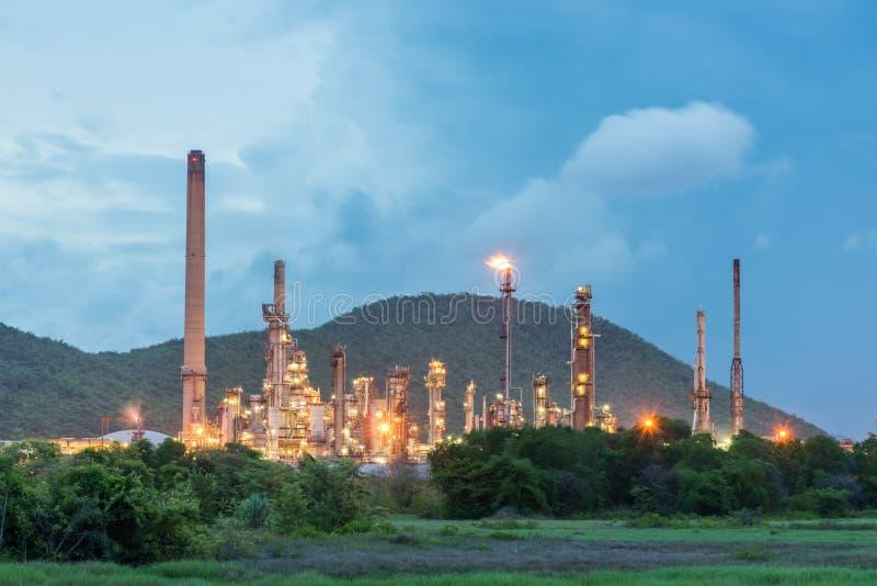 炼油厂和石油工业在晚上 免版税库存图片