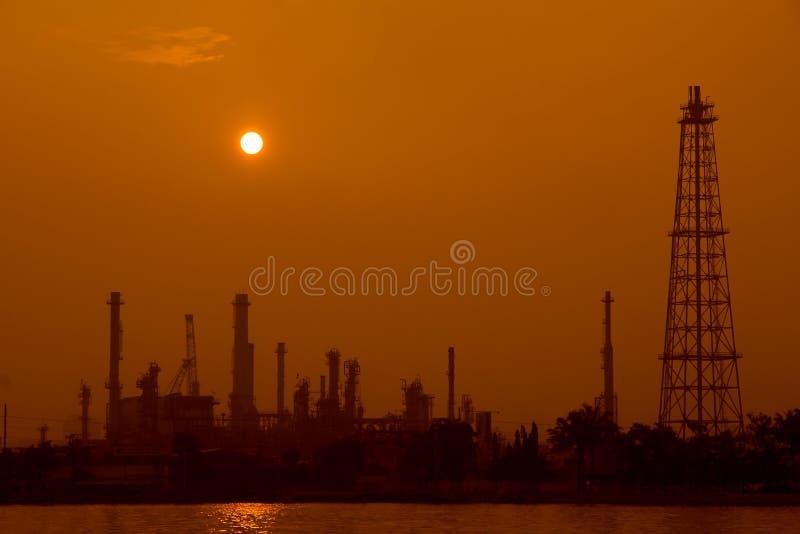 炼油厂在夜间 库存照片