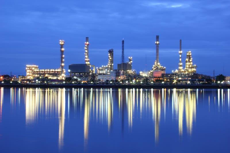 炼油厂在微明的植物区域 库存照片