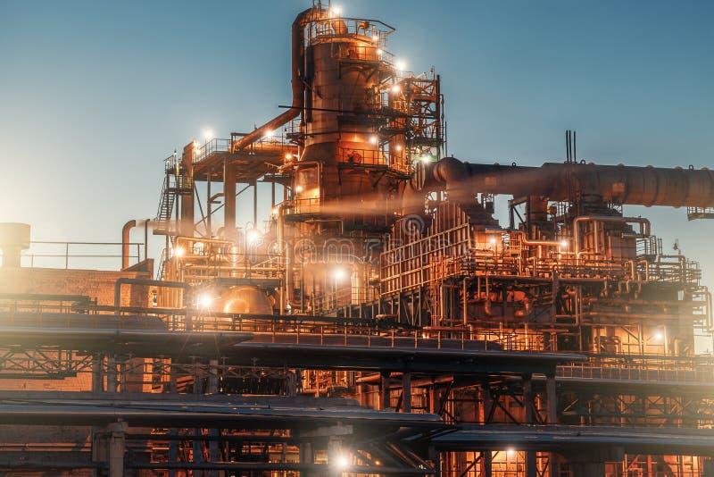 炼油厂工厂在夜、钢塔、大桶和管道、能量的现代生产和石油概念 免版税库存照片