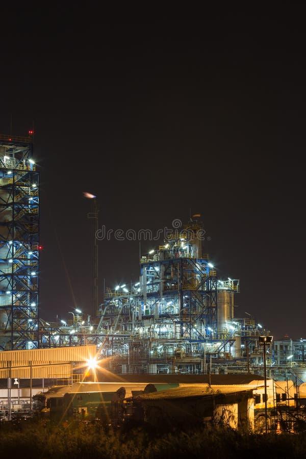 炼油厂工厂设备在晚上 库存图片