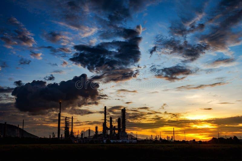 炼油厂晚上,地点在泰国 免版税库存图片