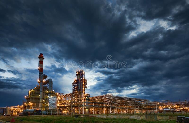 炼油厂晚上 库存图片