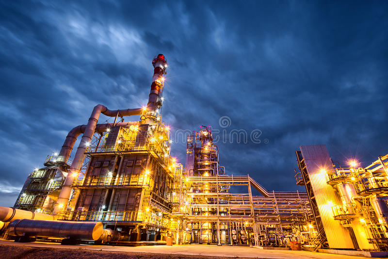炼油厂晚上 库存照片