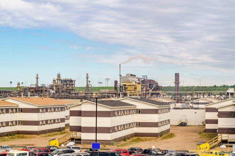 炼油厂植物办公楼和工厂有的管子 库存照片