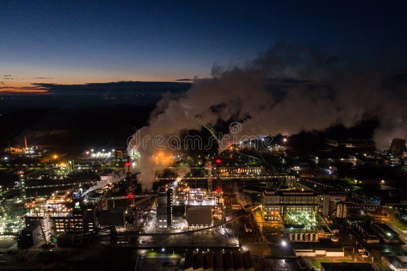 炼油厂鸟瞰图  有许多的植物光在晚上 免版税库存照片