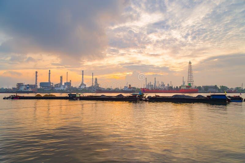 炼油厂,黄昏的石油化工厂工厂 库存图片