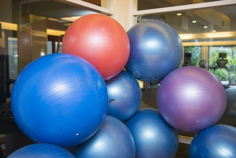 锻炼的五颜六色的球在健身屋子里 免版税库存图片