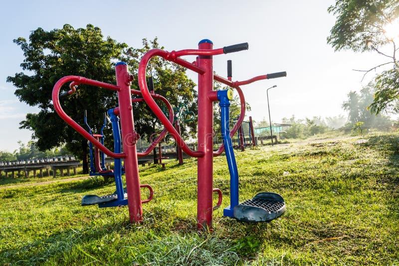 锻炼设备在日出的公园 库存照片