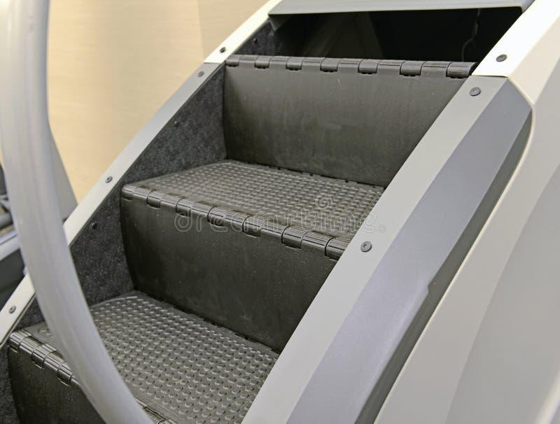锻炼设备-在健身房的阶梯机 免版税图库摄影