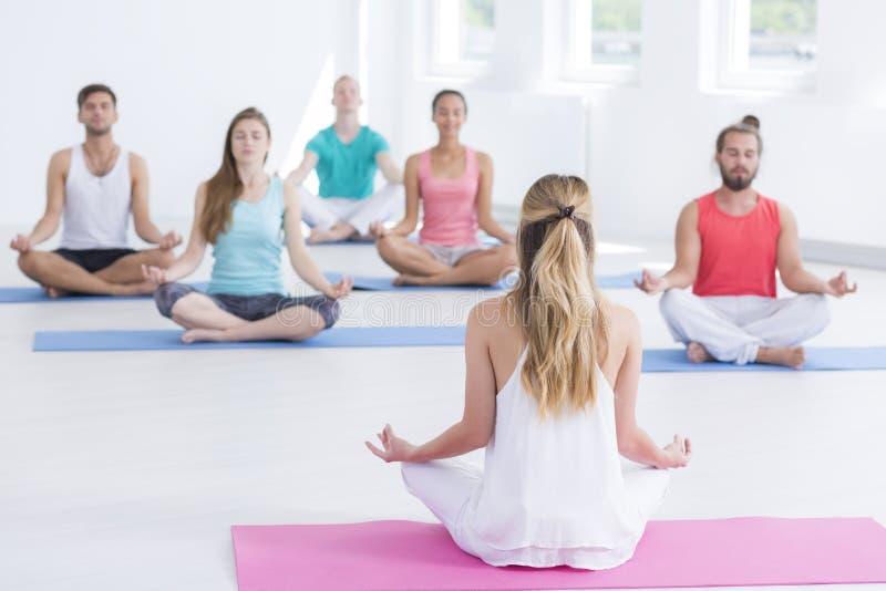 锻炼类实践的瑜伽户内 免版税库存照片