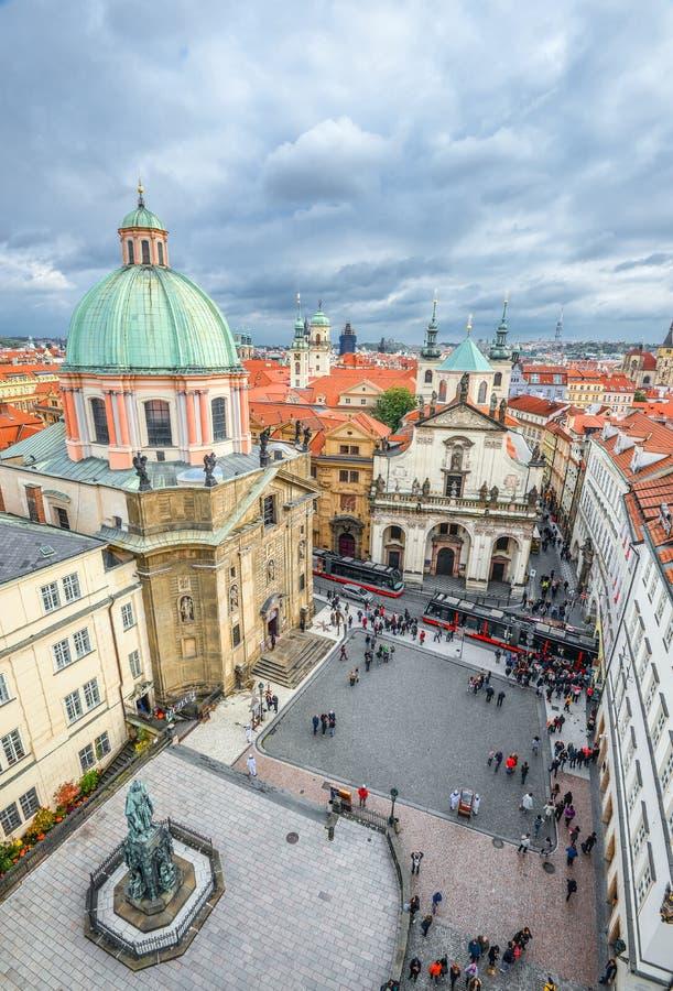 烈士摆正,从老镇桥梁塔,布拉格捷克的看法 布拉格市中心顶视图 库存照片
