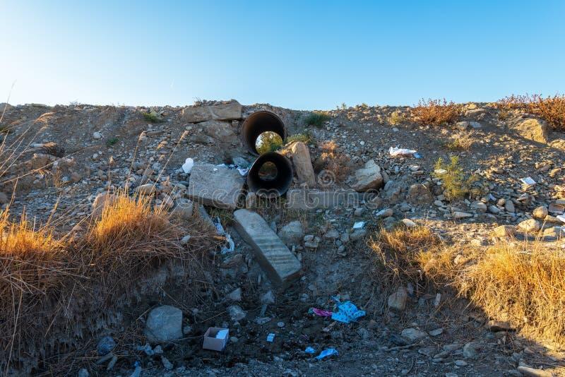 烘干了垃圾沾染的水道 库存图片