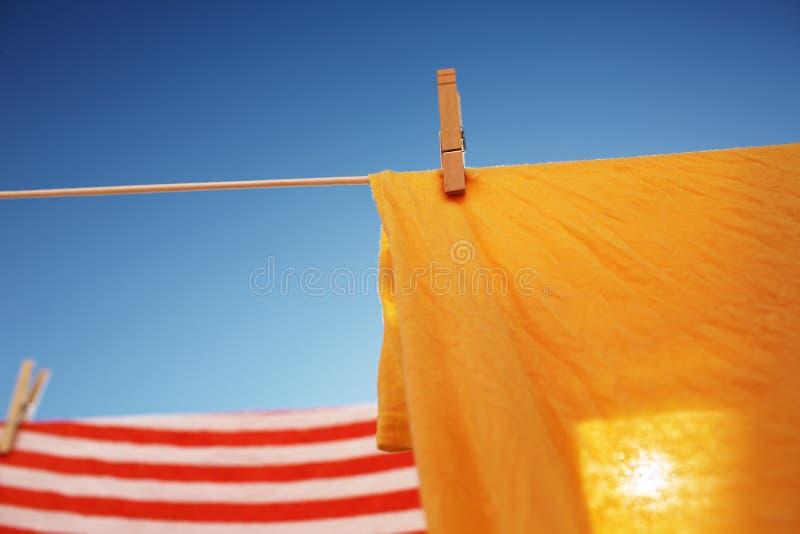 烘干在晒衣绳的衣裳 免版税库存图片