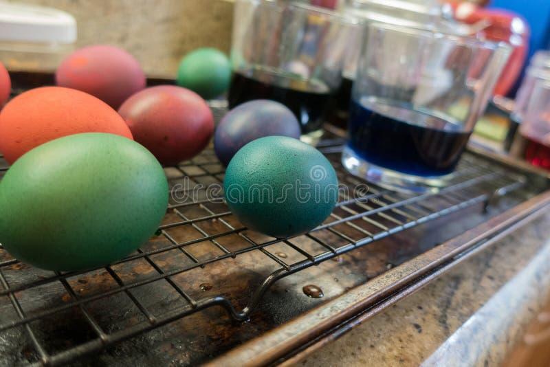 烘干在机架的被洗染的复活节彩蛋 库存图片