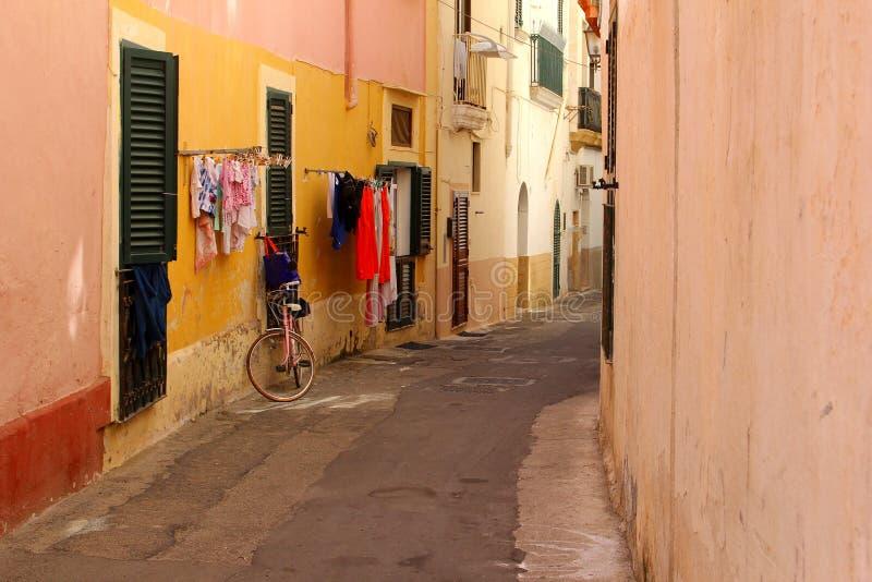 烘干快门走廊五颜六色,普利亚,意大利的自行车洗衣店 免版税库存图片